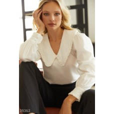 Loose fit shirt with embroidery